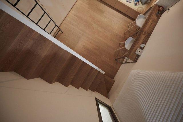 Chiếc cầu thang gỗ nơi góc nhà là lối dẫn lên gác xép. Đây là không gian nghỉ ngơi riêng tư và yên tĩnh của chủ nhà.
