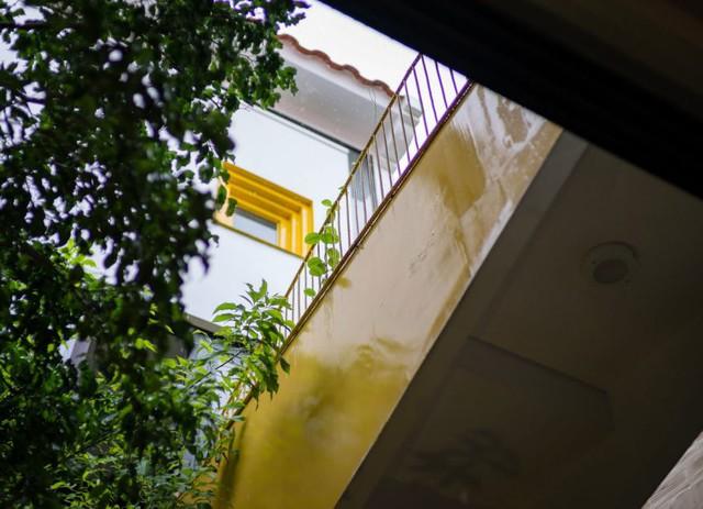 Cây cầu thứ 2 được làm bằng bê tông, có độ dốc, kết nối từ phòng ngủ chính và phòng làm việc ở tầng 2.