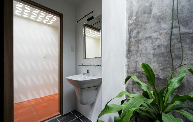 Khu vệ sinh thoáng sáng cạnh hành lang ngôi nhà.