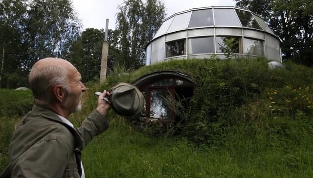 Có lẽ căn nhà độc đáo và sáng tạo nhất là loại có thể thay đổi hình dáng được. Căn nhà trên ngọn đồi cỏ ở thủ đô Prague của Cộng hòa Czech này có thể thay đổi cả chiều cao lẫn phương hướng.