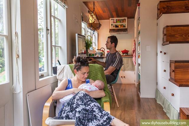 Không gian tuy nhỏ bé nhưng hai vợ chồng cùng con nhỏ sống rất ổn và vô cùng hạnh phúc.