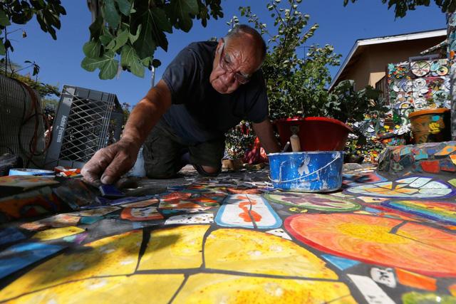 Gonzalo Duran và Cheri Pann, đôi vợ chồng sống tại California đã quyết định tự tạo một căn nhà đầy màu sắc bằng những miếng gạch vụn, đồ trang trí,..