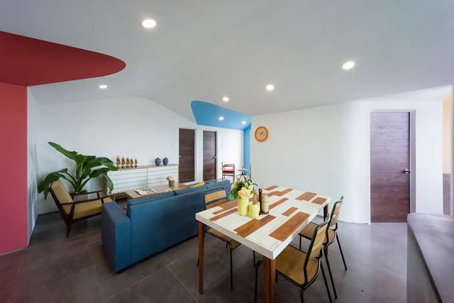 Những đường cong mềm mại của các khối màu và trần nhà kết hợp với hệ thống đèn trần âm tường tạo nên không gian vừa đẹp, lạ mắt lại vô cùng thoáng rộng.
