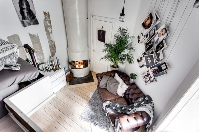 Với những không gian chật hẹp thì nội thất tối giản được đặt lên hàng đầu. Căn hộ này cũng không ngoại lệ, không gian tiếp khách được bố trí đơn giản với ghế sofa đặt sát tường.