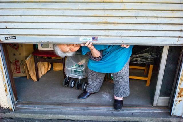 Sáng sớm, một cụ già tóc trắng kéo tấm cửa bắt đầu một ngày làm việc.