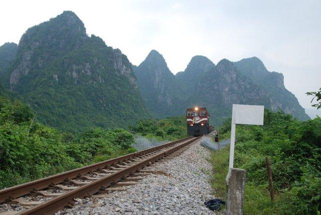 Đoàn tàu hàng chạy qua đoạn đường sắt bị hư hỏng nặng vừa được khắc phục tạm thời để thử tải chiều 17-10 - Ảnh: QUỐC NAM