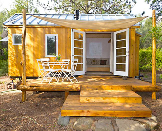 Phía trước ngôi nhà là khoảng sân nhỏ cùng bộ bàn ghế xinh xắn. Nơi đây chủ nhà có thể thả hồn tận hưởng bầu không khí trong lành cùng những tia nắng mai bên ly cà phê mỗi sáng.
