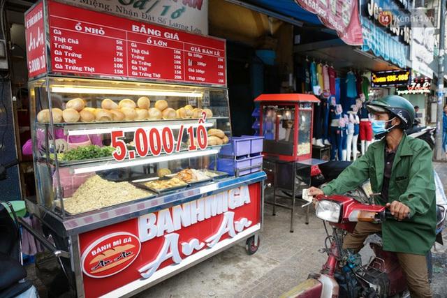 Một người dân với dáng vẻ khắc khổ ghé mua bánh mì giá rẻ ăn qua ngày.