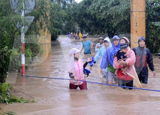 Lực lượng chức năng đưa các cô giáo và học sinh ra ngoài an toàn sau 5 giờ dầm mình trong nước lũ (Ảnh: Ngọc Thắng/ báo Phú Yên)