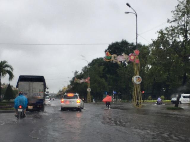 Mưa như trút nước đã nhấn chìm đường Nguyễn Tât Thành, TP Quy Nhơn