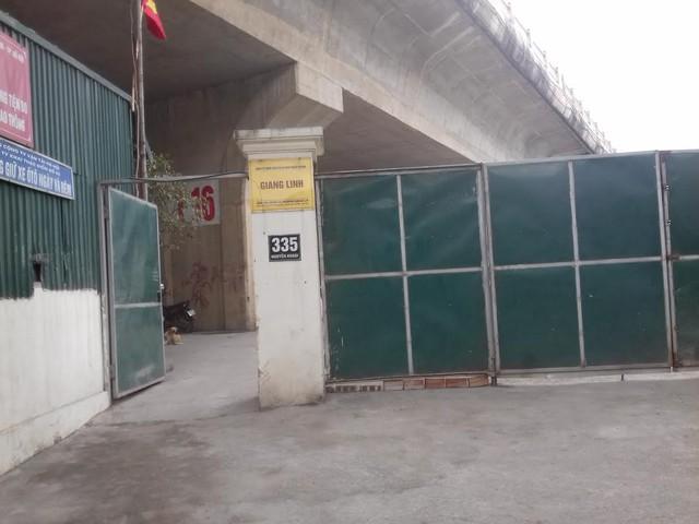 Công ty Giang Linh quây tôn cả một đoạn dài dưới chân cầu làm kho bãi.
