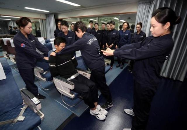 Các nhân viên được hướng dẫn trói hành khách gây rối bằng dây thừng. Ảnh: Reuters