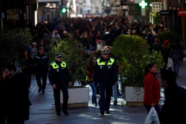 Cảnh sát Madrid - Tây Ban Nha đứng trước rào chắn mới lập hôm 30-12. Ảnh: REUTERS