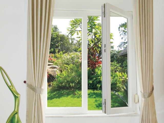 Hãy thường xuyên mở cửa sổ để ánh sáng và luồng khí trong lành vào nhà.