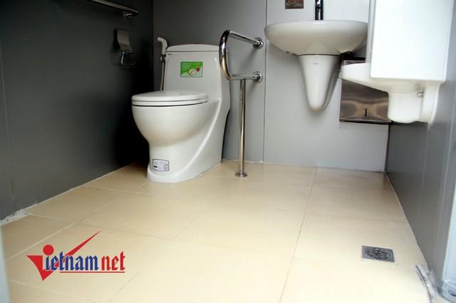 Bên trong nhà vệ sinh mới