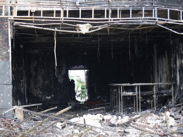 Khung cảnh tan hoang tại nơi xảy ra cháy - Ảnh: QUANG THẾ