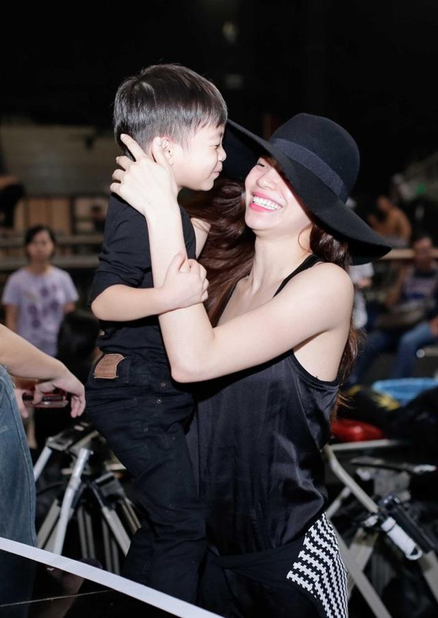 Ở bên cạnh Subeo, Hà Hồ luôn là một người mẹ rất dịu dàng và hạnh phúc.