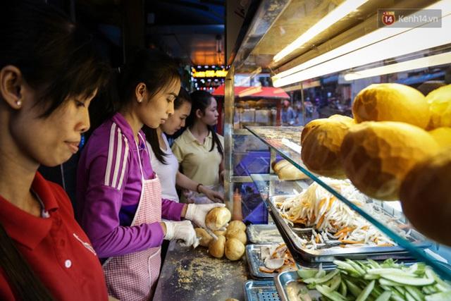 Tiệm bánh mì luôn có 4 người làm để phục vụ hàng chục người ghé mua hàng ngày.