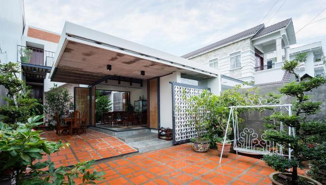 Với tổng diện tích sàn 150m2, ngôi nhà khá thoáng sáng và tràn ngập cây xanh. Mọi sinh hoạt chung nơi phòng khách và hiên nhà vẫn được giữ nguyên như trước kia chỉ khác là không gian rộng thoáng, sạch đẹp hơn nhiều.