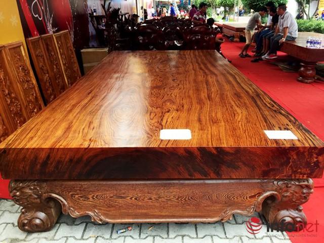 Đây cũng là bộ phản làm bằng gỗ mun sọc, 1 tấm và có giá bán hơn 1,6 tỷ đồng.
