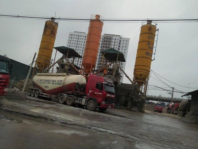 Trạm trộn bê tông Công ty Sông Đà – Việt Đức thuê lại của Cảng Hà Nội sát chân cầu Vĩnh Tuy
