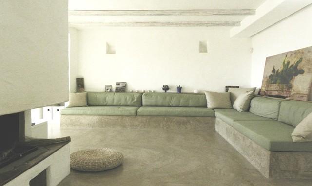 Không gian bên trong ngôi nhà vô cùng rộng thoáng. Phòng khách được bài trí đơn giản với ghế sofa êm ái đặt hình chữ L.