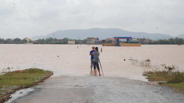 Đến chiều 16-10, tuyến đường dẫn vào các xã Quảng Văn, Quảng Hòa, thị xã Ba Đồn (Quảng Bình) vẫn ngập khá sâu khiến các phương tiện chưa qua lại được - Ảnh: QUỐC NAM