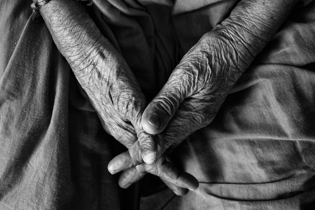 Người trẻ hay coi hạnh phúc là một thứ điều kiện, chỉ khi về già người ta mới hiểu hạnh phúc là sự lựa chọn.