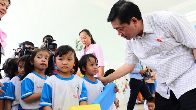 Bí thư Thành ủy TP.HCM Đinh La Thăng thăm Trường mầm non Phạm Văn Cội 2, huyện Củ Chi, TP.HCM sáng 24-11 - Ảnh: QUANG ĐỊNH