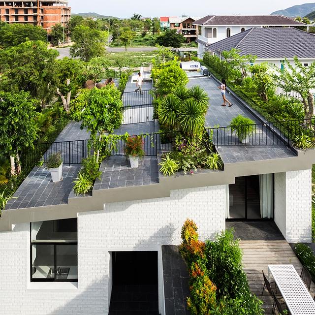 Ngôi nhà được thiết kế đặc biệt, những khu vực như phòng tắm, nhà kho có nhiều hơi nước ẩm được xây dựng dưới phần đất trồng cây.