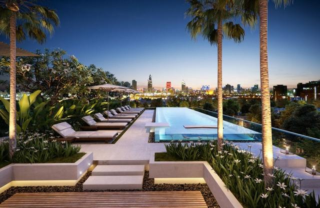 Hồ bơi lớn trên tầng mái với cảnh quan thành phố 360 độ hoàn hảo.