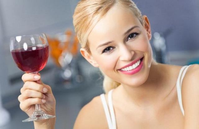 Uống một lượng rượu vang đỏ thích hợp mỗi ngày sẽ mang lại nhiều công dụng bất ngờ đối với sức khỏe. (Ảnh minh họa).