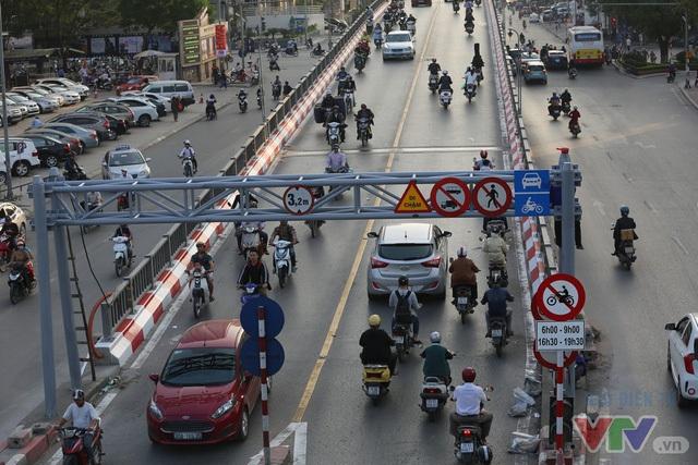 Một số biển cấm đã được gắn trên cầu vượt đoạn Láng Hạ - Thái Hà - Huỳnh Thúc Kháng