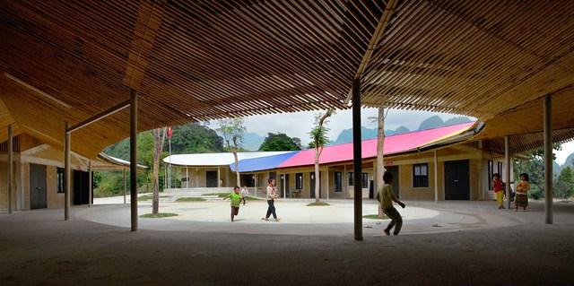 Vật liệu xây dựng ngôi trường này rất giản dị và sẵn có như: tre, gỗ, đá, gạch mộc…