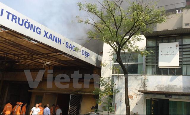 Các công nhân đang ra sức dập đám cháy. (Ảnh: Hà An/Vietnam+)
