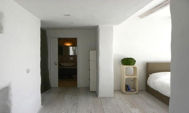 Các không gian trong nhà được bố trí riêng biệt. Khu vực nghỉ ngơi thoáng sáng đặt cạnh cửa sổ.