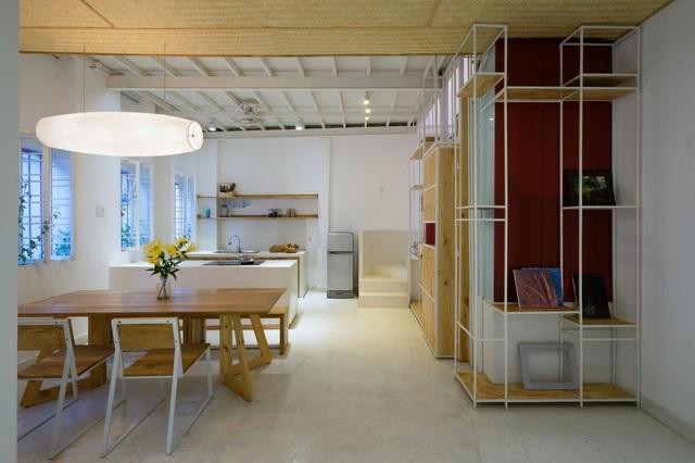 Đối diện với phòng khách là khu vực bếp và bàn ăn rộng lớn.