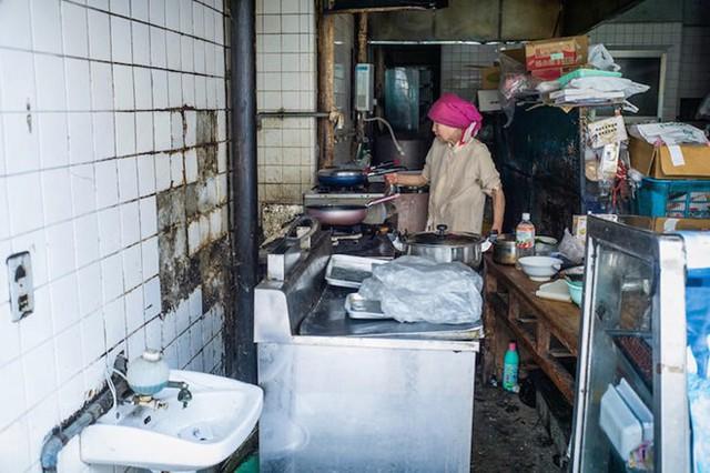 Cụ bà nấu ăn trong bếp.
