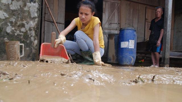 Nhà chị Nguyễn Thị Lan Hương, thôn Thái Hòa, xã Quảng Minh, ngập bùn sau lũ rút - Ảnh: QUỐC NAM