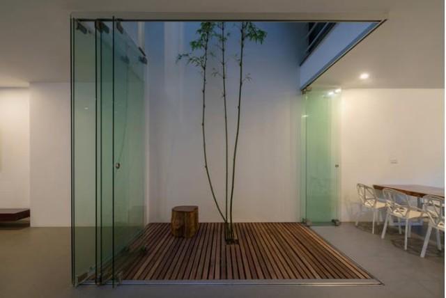 Khu vực giếng trời thông suốt từ tầng 2 lên tầng 5 này là không gian lý tưởng nhất của toàn bộ căn nhà. Bao quanh khu vực này là những cửa kính dạng gấp di động có thể dễ dàng đóng lại mỗi khi mưa gió.