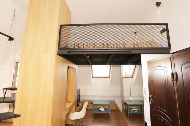 """Đối diện phòng khách và góc làm việc chủ nhà còn treo một tấm gương lớn giúp """"ăn gian"""" diện tích, tăng chiều sâu cho căn hộ."""