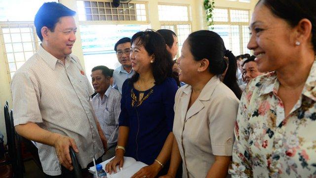 Bí thư Thành ủy TP.HCM Đinh La Thăng trò chuyện với cử tri huyện Củ Chi, TP.HCM trong buổi tiếp xúc của tổ đại biểu Quốc hội TP.HCM (đơn vị 9) sáng 24-11 - Ảnh: QUANG ĐỊNH