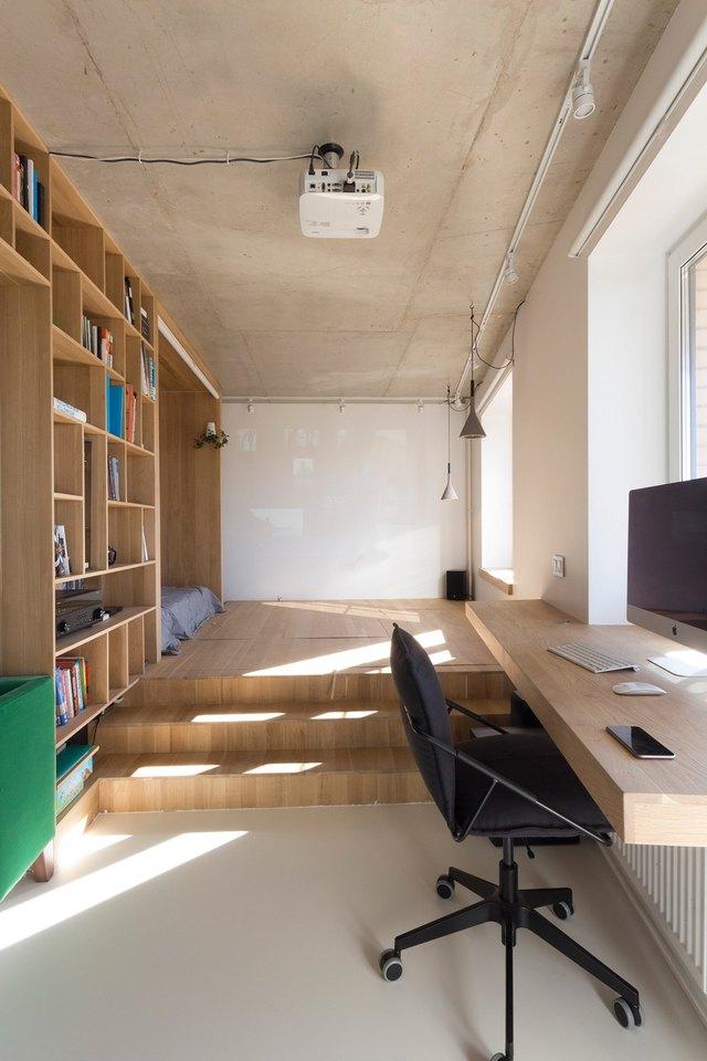Với chiếc bàn làm việc không chân bằng gỗ đặt ngay cạnh cửa sổ giúp chủ nhà có một góc làm việc thoáng sáng và vô cùng thoải mái.