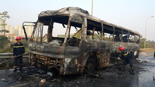 Lực lượng chức năng khống chế được ngọn lửa thì xe khách đã cháy rụi hoàn toàn