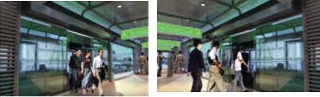 Hành khách lên xuống khi cửa nhà chờ và cửa BRT mở