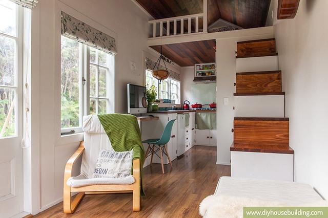 Tiếp nối với phòng khách là góc làm việc của chủ nhà và khu vực bếp ăn thoáng sáng và ngăn nắp.