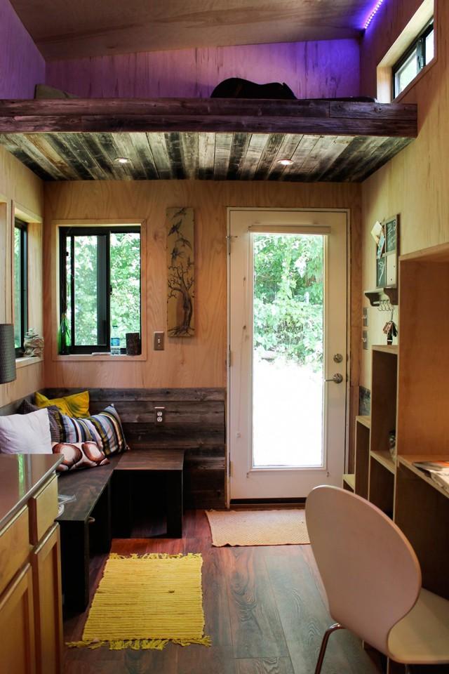 Trái với vẻ ngoài đơn sơ, không gian bên trong ngôi nhà thoáng đẹp và vô cùng ấm áp nhờ nội thất gỗ.