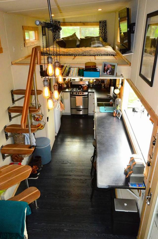 Đối diện với phòng khách là khu vực bếp cùng chiếc bàn to rộng vừa có chức năng làm bàn ăn những cũng là không gian làm việc thoáng mát, thoải mái cho chủ nhà.
