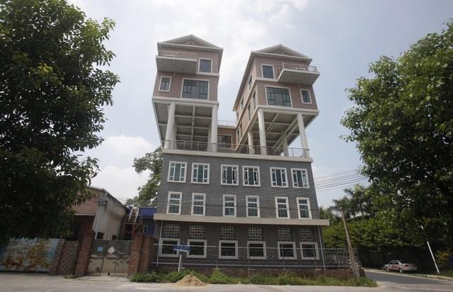 Tại tỉnh Đông Quan của Trung Quốc, hai ngôi nhà này được xây dựng bên trên mộ nhà máy vào năm 2013. Theo trang Reuters thì đây là một công trình phạm pháp.