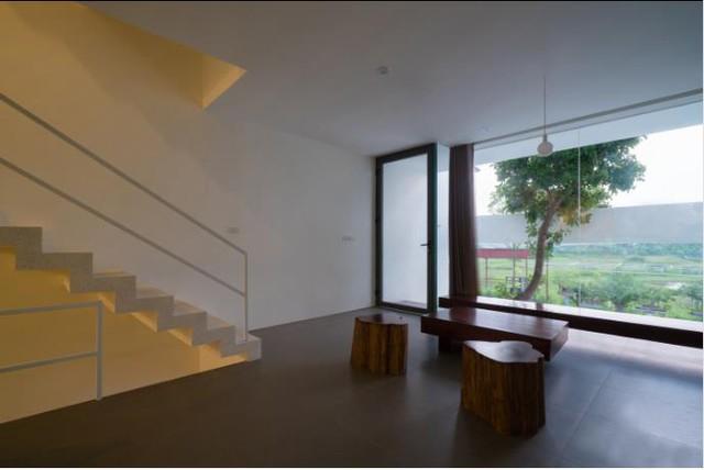 Tầng 2 là khu vực của phòng khách, nhà bếp và bàn ăn. Từ đây khách và chủ nhà vừa có thể nói chuyện vừa được phóng tầm mắt ngắm toàn cảnh xung quanh.